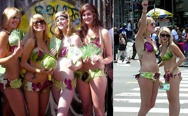 Bikinis hechos con lechugas en el Día de la Ensalada