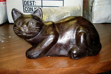 La típica figura de gato... que esconde opio