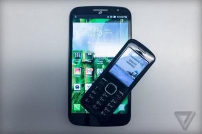 Alcatel Pop Mega, phablet de 6 pulgadas con accesorio para hablar por teléfono