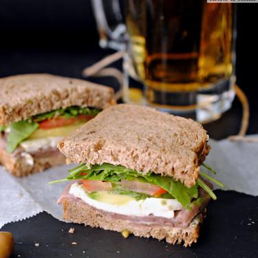 Sandwich de ternera marinada, mostaza y rúcula, receta facil y rápida