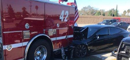 Un Tesla Model S choca contra un camión de bomberos, según el conductor en modo Autopilot