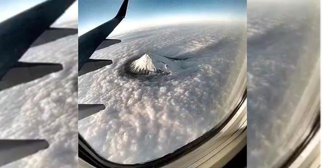 El truco del impresionante gif del monte Fuji donde un avión parece detenido en el aire