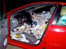 Tiene un accidente por la basura acumulada en su coche