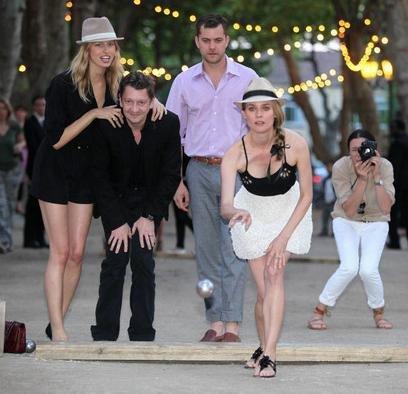 """Las musas de Karl Lagerfeld juegan a la petanca...de Chanel: no es deporte para """"viejos"""", es lo último en fiestas"""
