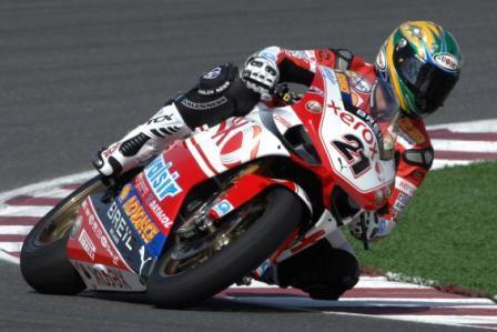 La oficialísima Ducati de Bayliss gana a la oficial de Biaggi