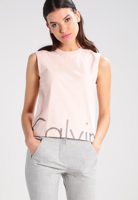 50% de descuento en el  top de Calvin Klein Jeans peachy keen en Zalando: ahora cuesta 19,45 euros con envío gratis
