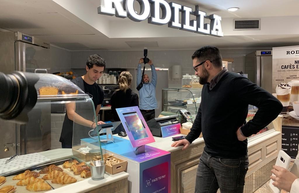 Comprar sin caja y con nuestra cara: así experimentan en Barcelona con los pagos del futuro