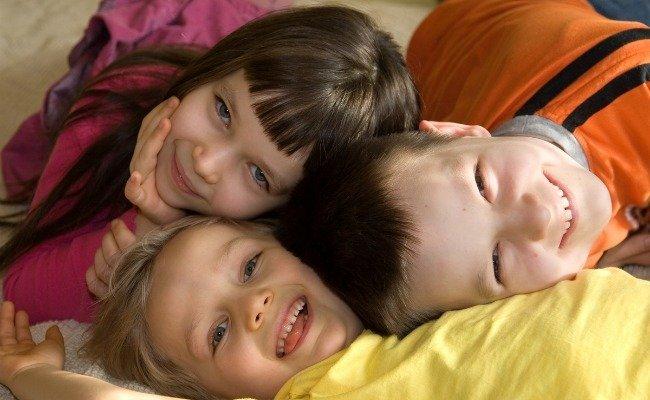 unos niños felices
