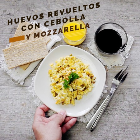Huevos revueltos encebollados con jalapeño y mozzarella. Receta de desayuno en video