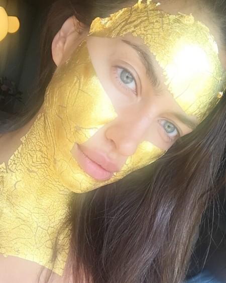 Ya podemos aplicarnos en casa la mascarilla de oro de la que presumen todas las celebrities