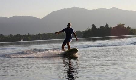 Desplázate por el agua surfeando tus propias olas con la tabla de surf eléctrica Waterwolf