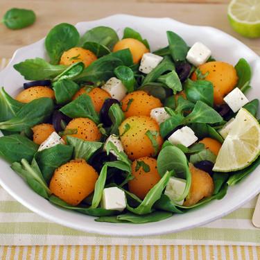Ensalada de melón cantalupo con queso feta y lima: receta refrescante