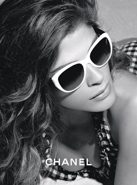 ¿Quién se esconde detrás de esas gafas Chanel? ¡Elisa Sednaoui!