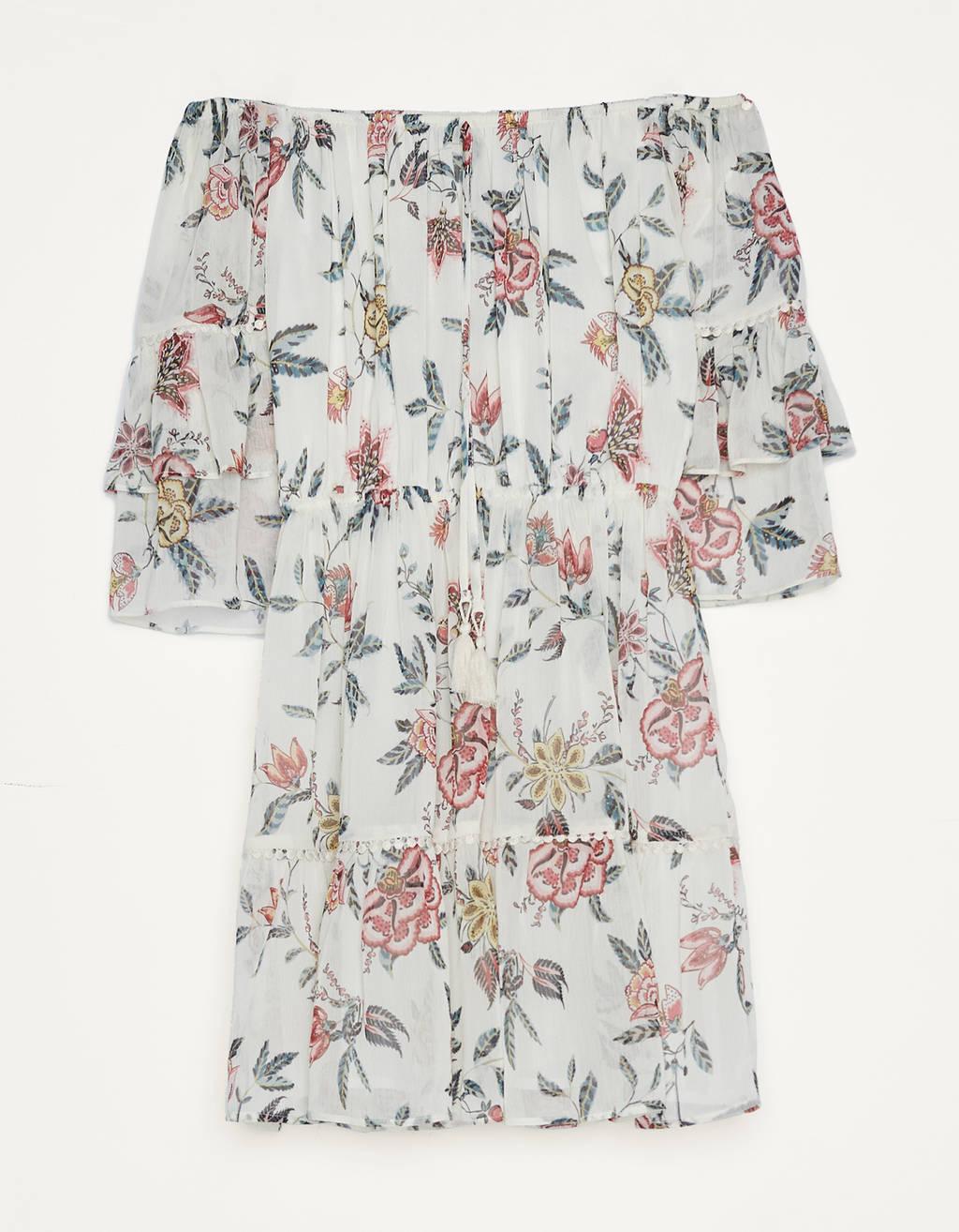 Vestido corto de flores con escote bardot, manga 3/4 con volantes y cintura elástica.