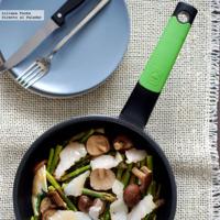 Salteado de espárragos verdes y shiitakes con bacalao ahumado y miso. Receta