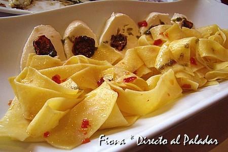 Fettuccine salteado con pimiento guarnecido de mozzarella y tomate cherry seco al aceite de albahaca