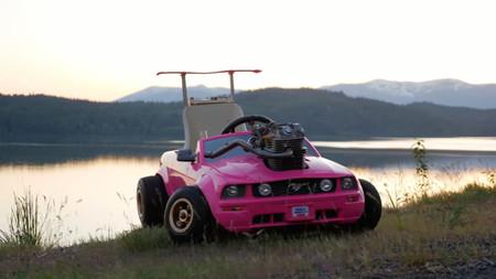 Alguien pensó que montar un kart Ford Mustang para la Barbie que corriera a 120 km/h sería una buena idea