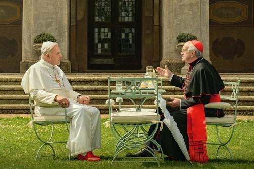 """'Los dos papas': Anthony Hopkins y Jonathan Pryce sobresalen en un efectivo """"crowd pleaser"""" para Netflix"""