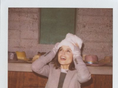 Elena Anaya pasa por la polaroid de Boy by Band of Outsiders
