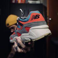 Zapatillas del outlet de New Balance con hasta un 50% de descuento) para conseguir un look urbano