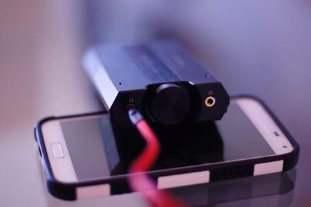 Salida de auriculares y detalle del potenciómetro de volumen del E5