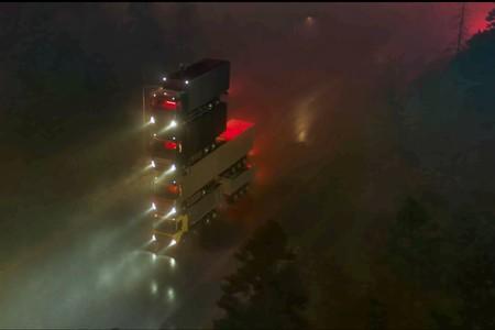 Volvo la vuelve a liar en su último anuncio con una torre de cuatro camiones, 15 metros de alto y su CEO en la cima