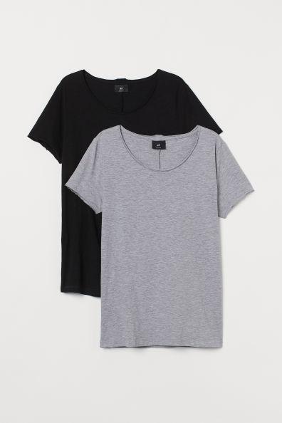 Camisetas en punto suave de algodón con escote holgado. Modelo de corte estándar con cuello y mangas sin rematar, bajo redondeado y espalda algo más larga.