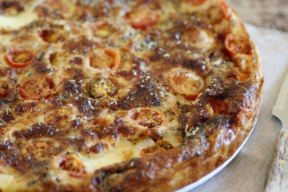 Receta fácil de tarta salada de mozzarella, tomates y sardinas
