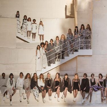 Carlota Casiraghi sorprende cantando en el desfile Crucero 2021-2022 de Chanel: el final perfecto para una colección en blanco y negro sobresaliente