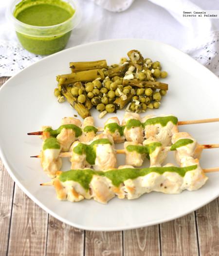 Kebabs de pollo con yogurt y salsa verde. Receta