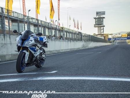 BMW HP4, prueba (conducción en autopista y circuito)