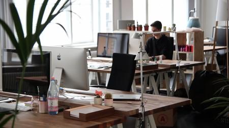 Guía de compra para lograr un escritorio minimalista: soportes, regletas, organizacables y más