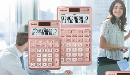 """La calculadora rosa gold de Casio """"para mujeres trabajadoras"""" hace saltar las alarmas: los memes más divertidos de la polémica"""