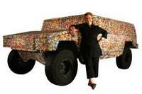 Un HumVee hecho con bolas de chicle