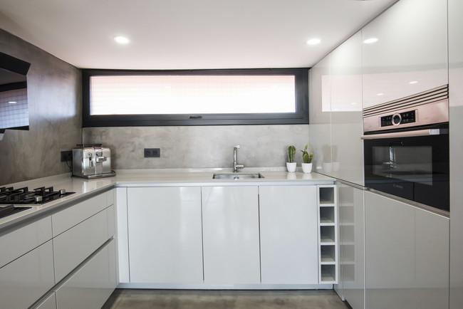 Peque a pero funcional y conectada as es la cocina de este triplex en barcelona - Globos terraqueos barcelona ...