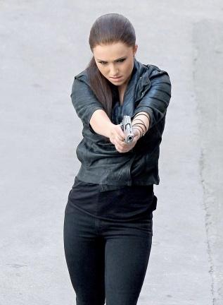 Hayden Panettiere armada, peligrosa y... ¡morena!