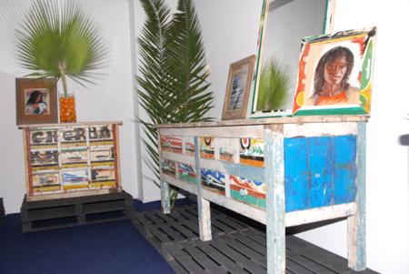 Muebles artesanos fabricados con madera reciclada africana by Ramón Llonch