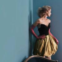 La elegancia a lo Hitckcock de la campaña de Peter Copping para Oscar de la Renta interpretada por Carolyn Murphy