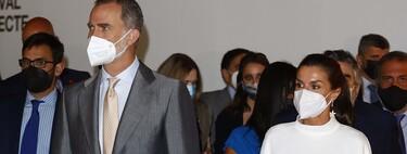 Doña Letizia estrena una estilosa blusa blanca sostenible en la inauguración de ARCO 2021