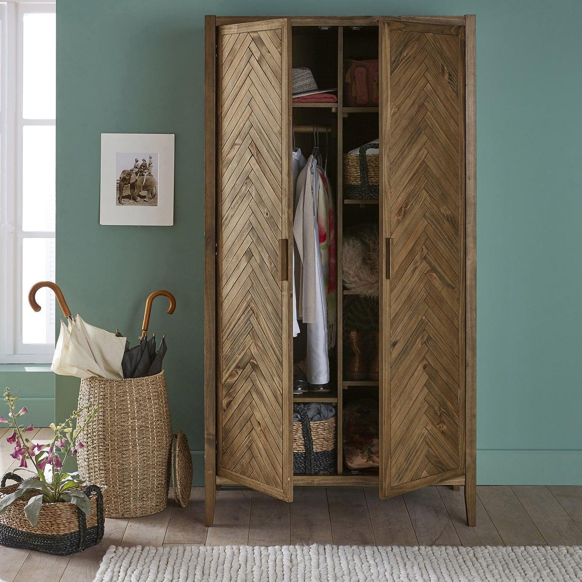 Ambiente de dos puertas con diseño en espiga