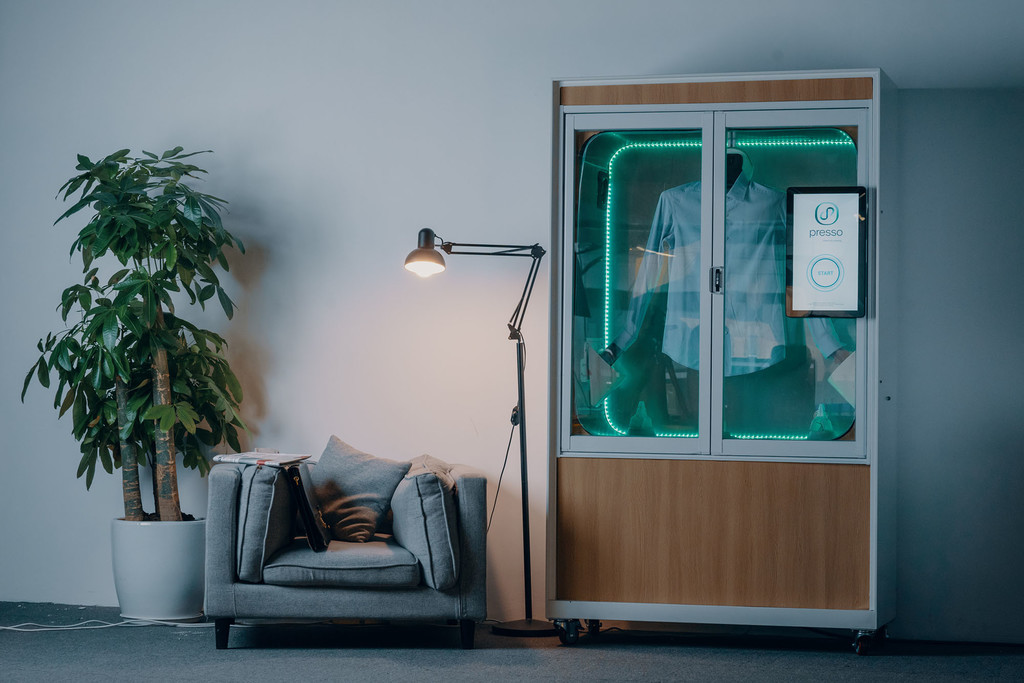 Esta lavadora para habitaciones de hotel promete limpiar camisas sin agua y en 5 minutos