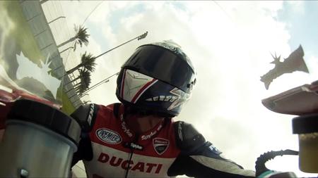 Ducati 1199 S Panigale, a bordo con Troy Bayliss, Visordown y Omnimoto