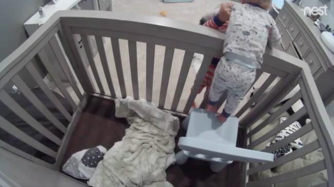 ¡Bebé a la fuga! Una cámara graba al hermano mayor enseñándole al pequeño a escapar de la cuna