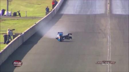 Y esto es lo que pasa cuando tienes que tirarte de un dragster a 370 km/h