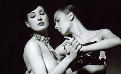Scarlett Johansson y Dita Von Teese posan juntas (de cuero y en cueros)