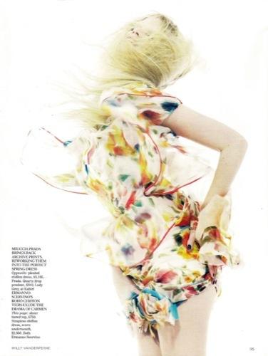 Vuelve la moda folk y los colores vivos este verano 2010: Lara Stone en Vogue UK, vestido