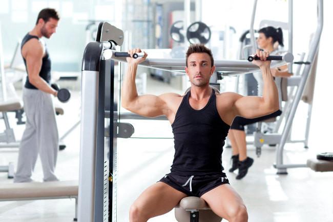 De las m quinas a los pesos libres para lograr un buen for El gimnasio es un deporte
