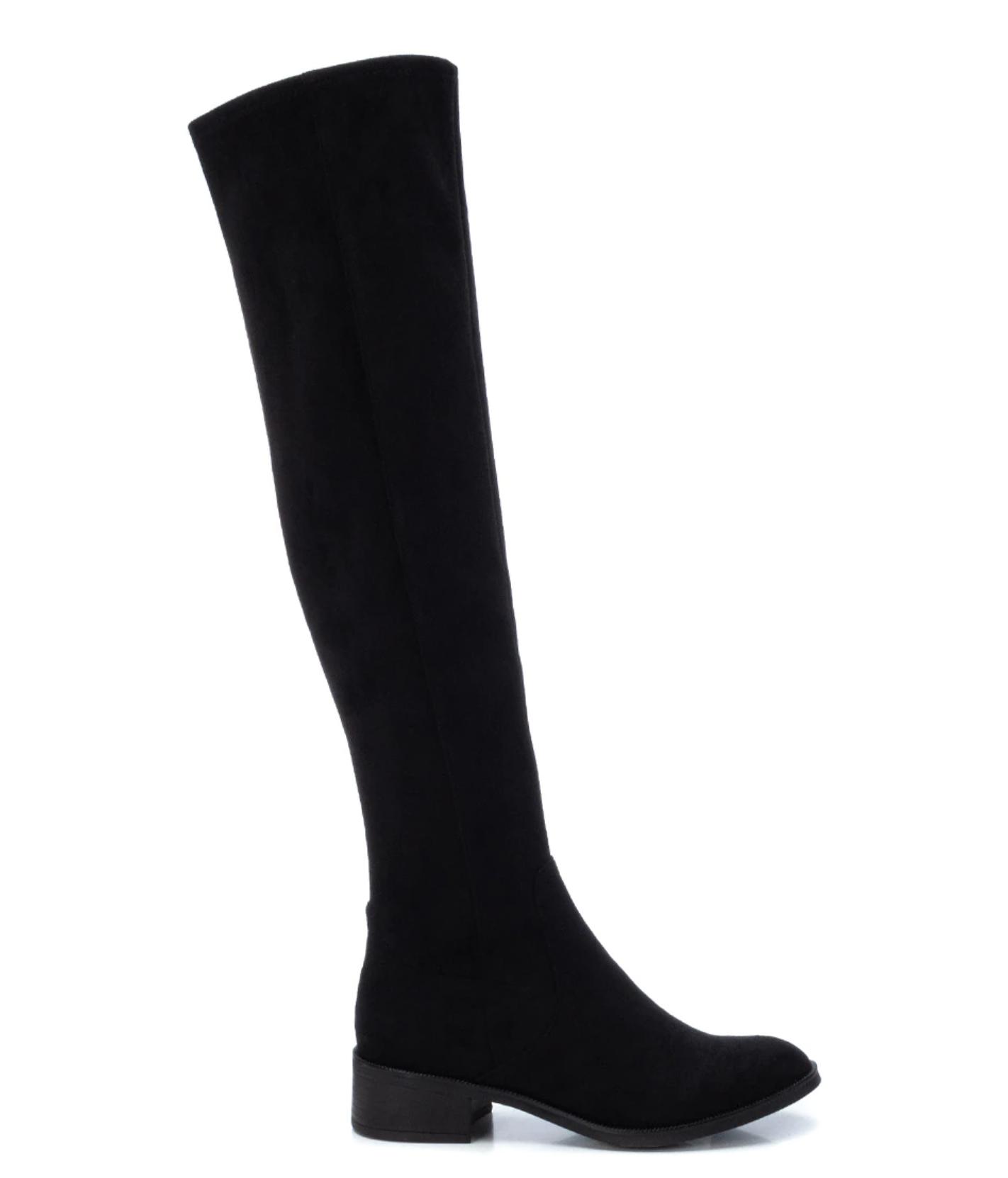 Botas altas de mujer Xti en color negro con cierre de cremallera