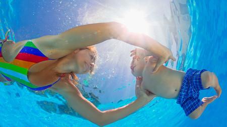 nadar con nuestros hijos
