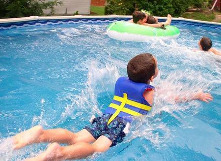 Niños en la piscina
